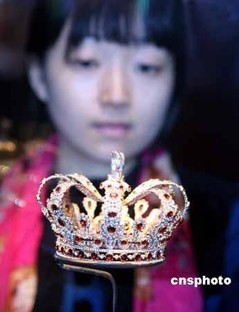 图为玛丽露易丝皇后的红宝石和钻石皇冠的复制品