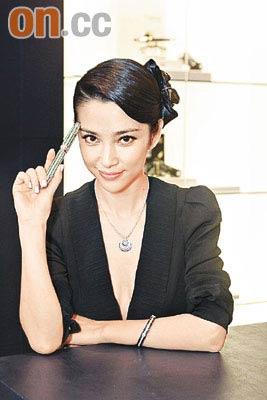 """""""万宝龙亚太区形象大使""""李冰冰为品牌试戴首饰。"""