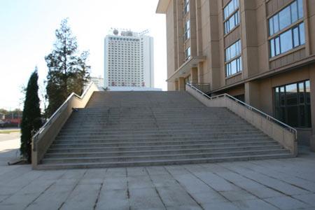 图文:首都体育馆改造竣工 宽阔的爬梯