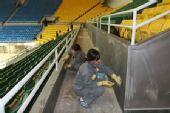 图文:首都体育馆改造竣工 聚精会神清洁工作
