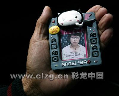 女大学生父亲拿着女儿生前照片来到律师事务所 记者 曲鸣飞/摄