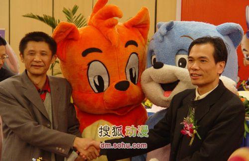 宏梦董事长王宏(左)和三辰董事长孙文华(右)握手