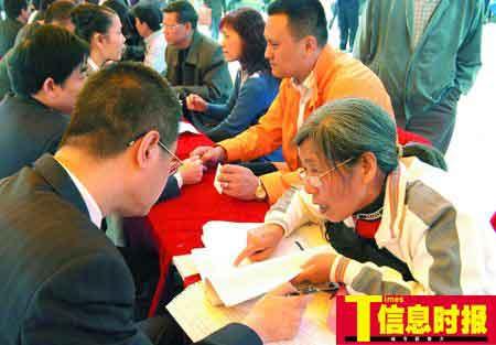 昨天,梁远丽(右一)正在向律师介绍案情。刘洪群 摄