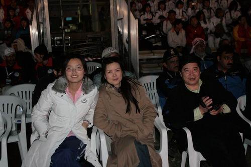 图文:2007亚锦赛开幕式晚宴 王义夫与两女将