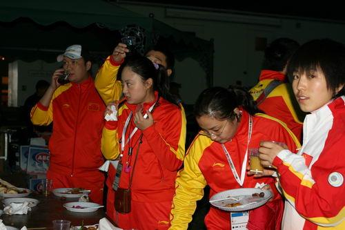 图文:2007亚锦赛开幕式晚宴 品尝科威特美食
