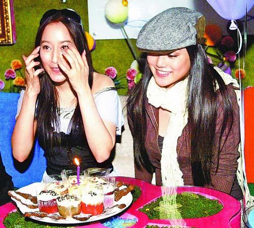 许慧欣(左)庆生感动又开心,妹妹许嘉凌献上祝福