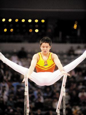 中国选手梁明声在男子双杠决赛中获得冠军。 新华社记者 程敏 摄