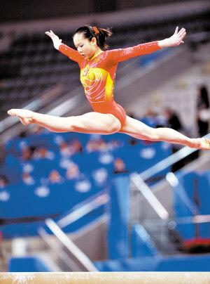 程菲在女子平衡木决赛中夺得冠军。新华社记者 罗更前 摄