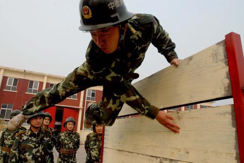 图文:火炬手梁立宏宣传奥运 解放军战士