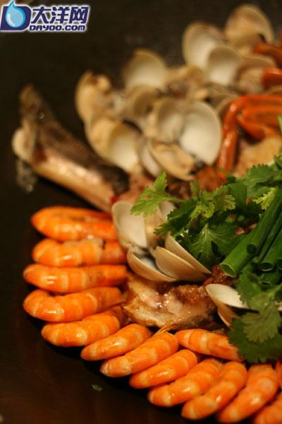 鳘鱼锅里,河鲜丰富 陆凯声摄