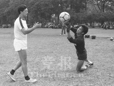 李富胜是1981年第12届世界杯预选赛中国队主力门将。图为李富胜进行扑救球训练