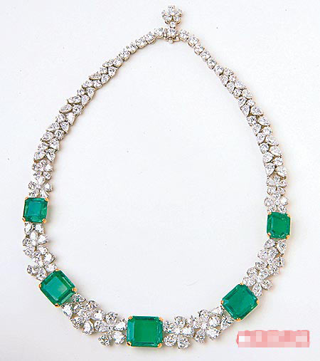 宝格丽以顶级祖母绿钻链吸引汤唯。1亿8800万元 (约合人民币4700万)