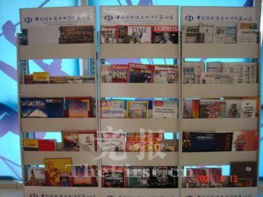 书报亭中不仅提供最新版的来自世界多个国家和地区的报刊,还包括一些国内出版的报刊。