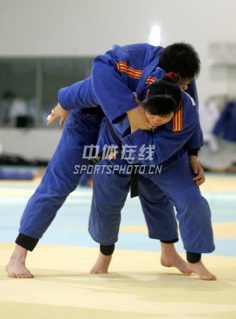 中国女子柔道队北京备战08奥运 先背起来再说
