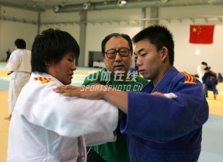 中国女子柔道队北京备战08奥运 教练在一边指导