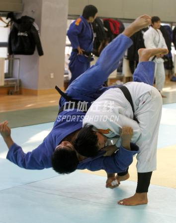 中国女子柔道队北京备战08奥运 摔了个四脚朝天