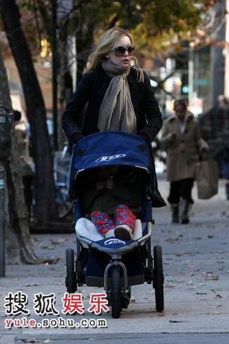 哈德森携子外出散步诠释时尚好妈妈