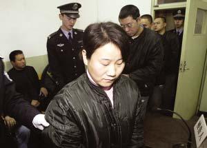 宣明红被法警带进法庭受审。本报记者 王俭 摄