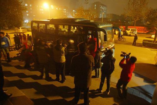 图文:西安主场发生球迷骚乱 琼斯被护送上大巴