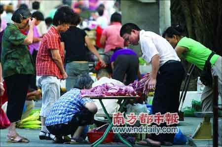 7月11日,仲恺农学院旁边的私宰肉档口很多街坊帮衬。
