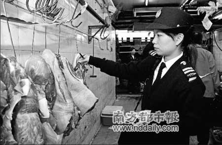 鲜肉供应量不足导致不少肉档变相涨价。昨日,香港食环署在深水�端巡橐患浠骋梢员�鲜猪肉充当鲜猪肉出售的粮店,检获约108公斤冰鲜猪肉。港府新闻处供图