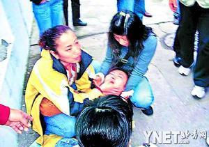 其间有游客晕倒,同行者称她遭人殴晕
