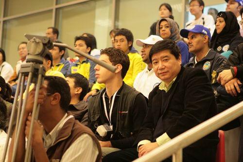 图文:男子10米气手枪青年组 王义夫教练观战