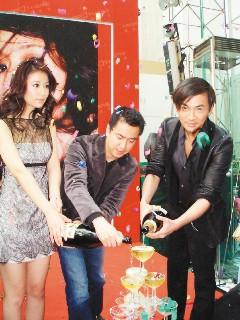 王中磊(中)是华谊兄弟总经理,左为林心如,右是苏有朋。
