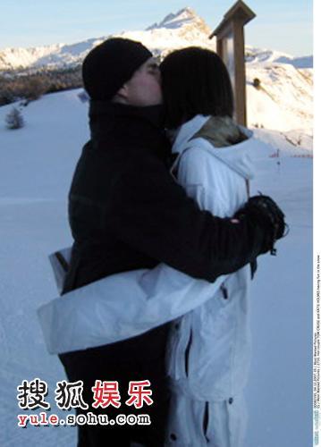 雪地中阿汤紧紧地拥着凯蒂