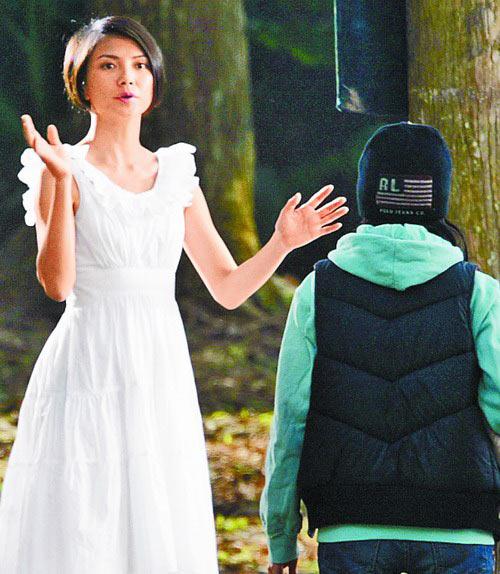 开拍时她(左)对着镜头比手划脚,表情转为严肃