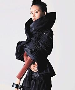 林志玲以帅气妆扮,展示秋冬不一样风情。照片/ELLE提供