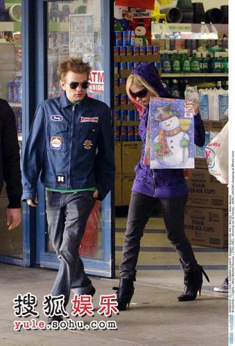艾薇儿和男友购得一套圣诞图册后走出商店