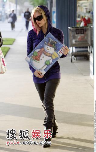 艾薇儿怀抱一套圣诞图册颇显满足