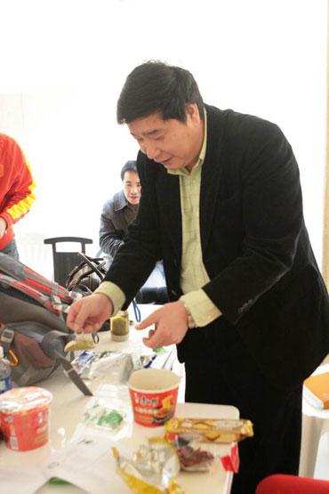 图文:王义夫亲手为爱徒泡面 方便面是队员最爱