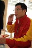 图文:王义夫亲手为爱徒泡面 出国比赛饼干美食