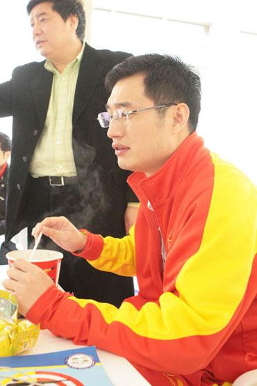 图文:王义夫亲手为爱徒泡面 方便面变成美食