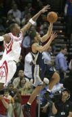 图文:[NBA]灰熊VS火箭 麦迪封盖对手