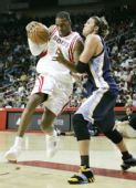 图文:[NBA]灰熊VS火箭 麦迪毫无畏惧
