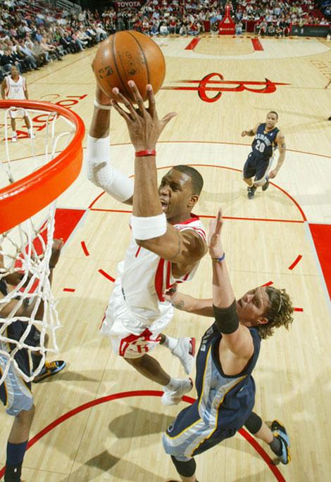 图文:[NBA]灰熊VS火箭 麦迪大力灌篮