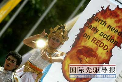 12月5日,在联合国气候变化大会会场前,穿着当地特色服装的舞蹈演员在表演呼吁保护森林的舞蹈。 本报特派记者 段卓力/摄