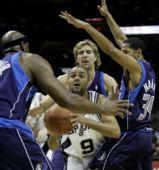 图文:[NBA]小牛负马刺 帕克陷入重围