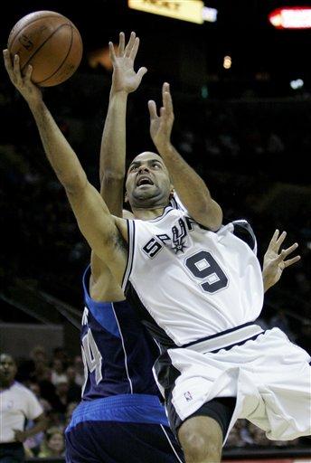 图文:[NBA]小牛负马刺 帕克飞身上篮