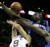 图文:[NBA]小牛负马刺 迪奥普封盖帕克