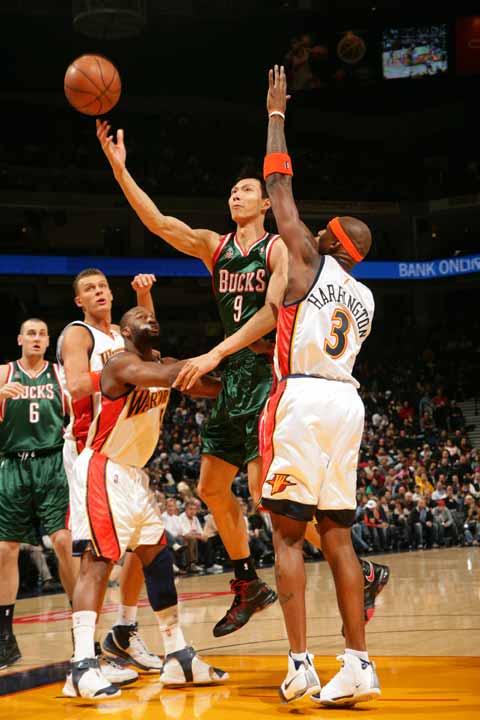 图文:[NBA]雄鹿VS勇士 易建联上篮