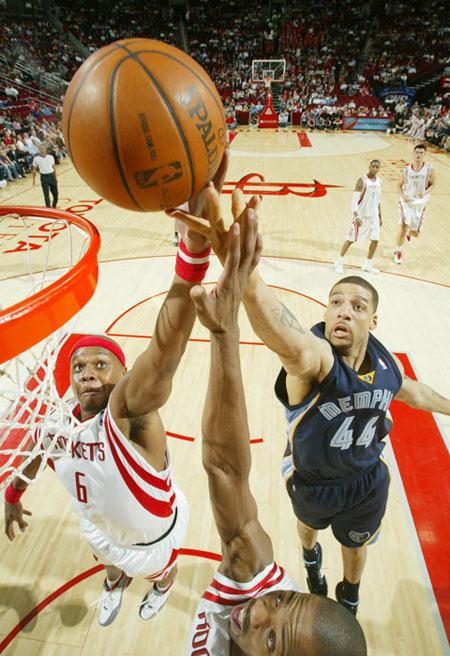 图文:[NBA]灰熊负火箭 三人争抢