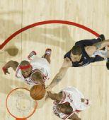 图文:[NBA]灰熊负火箭 维尔士抢篮板