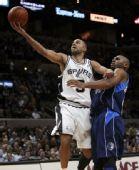 图文:[NBA]马刺胜小牛 帕克比赛中上篮