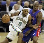 图文:[NBA]活塞逆转黄蜂 皮特森强行突破