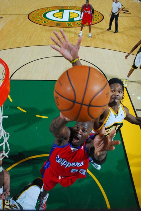 图文:[NBA]快船负超音速 帕特森上篮