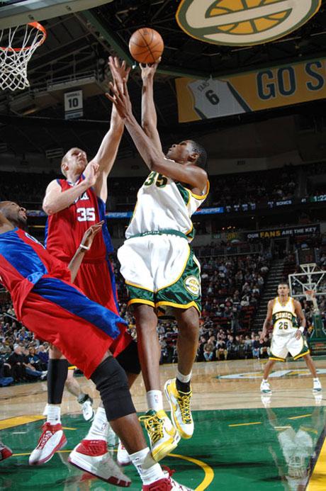 图文:[NBA]快船负超音速 杜兰特轻松突破